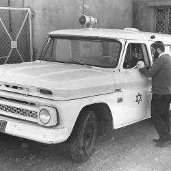 הרב ולדמן ליד האמבולנס הראשון במימשל הצבאי בחברון